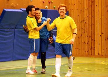 86184ca7 Stian Sandal, Aksel Myklebust og Karl-Erik Aarsheim jublar etter at. Aksel  Myklebust redda den avgjerande straffa i semifinalen.